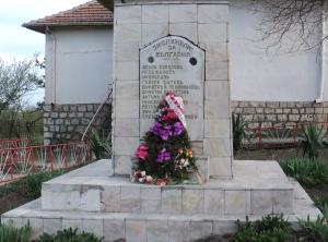 Паметната плоча в Сладун